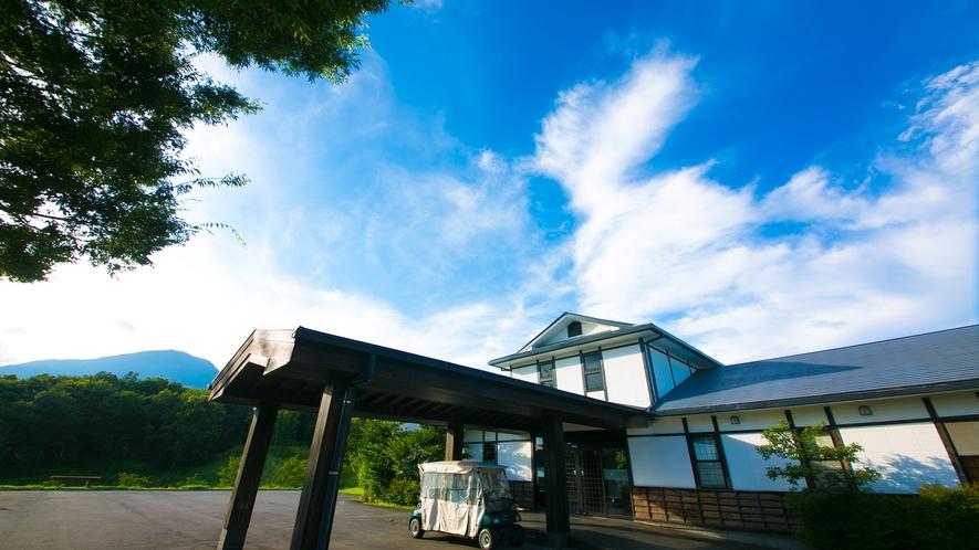 【外観】 雄大な久住の大自然に抱かれるリゾートホテル