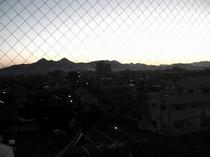窓から見る夜明け