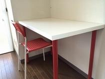 部屋の机と椅子