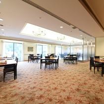 *【レストラン】夕食・朝食とも、大きな窓が開放的なレストランにてご用意