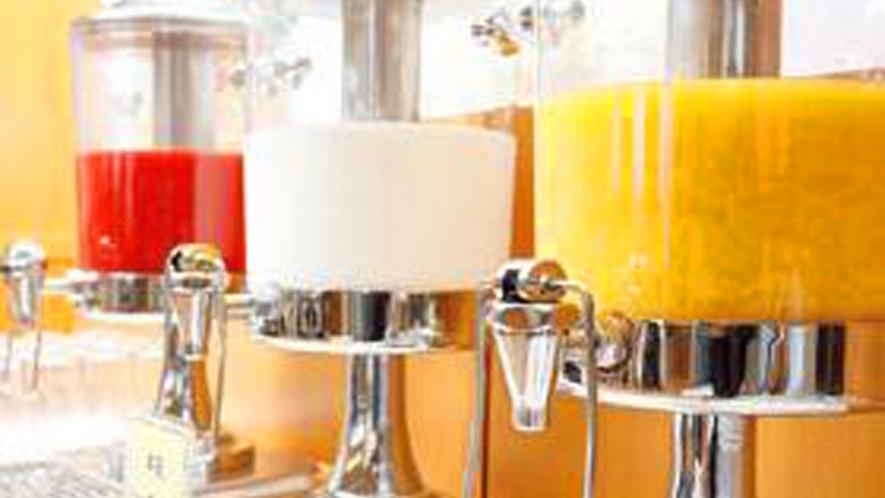 *【朝食】人気のジュースサーバーは、トマトジュースに加えて牛乳・オレンジジュースが仲間入り♪