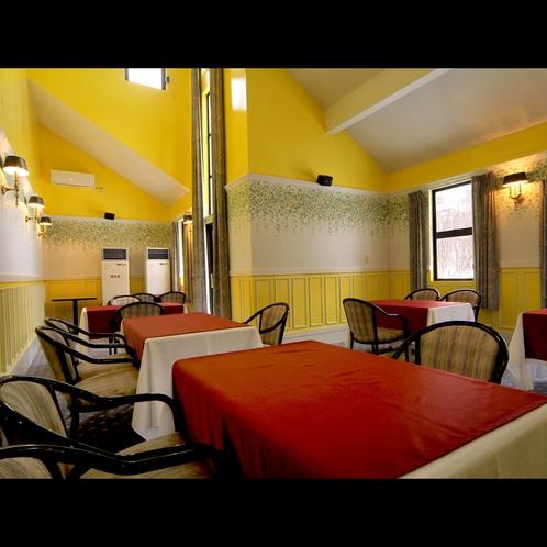 【館内】24席あるメインレストランのメイプル。