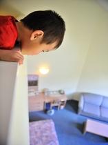 メゾネットルーム2階から1階をのぞき込む子供たち