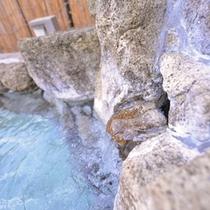 *中浴場/湯量豊富に湧き出る温泉は、ナトリウム-炭酸水素塩・塩化物泉の泉質。肌をやさしく包みます。