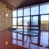 *中浴場/天井まである大きな窓から差し込むやさしい光とともに自慢の泉質をお愉しみ下さい。