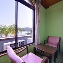 *2F本館和室7.5畳(客室一例)/朝と夜、眼下に広がる古賀浦湾がそれぞれの表情を見せてくれる。