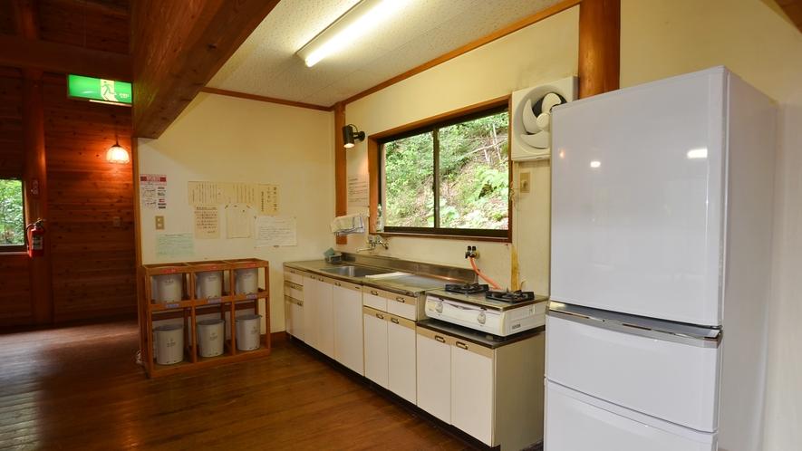 *【コテージ大・台所】二口コンロや冷蔵庫を完備しております