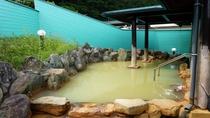 *露天風呂一例/源泉そのままのお湯が大きな岩風呂に注がれています!