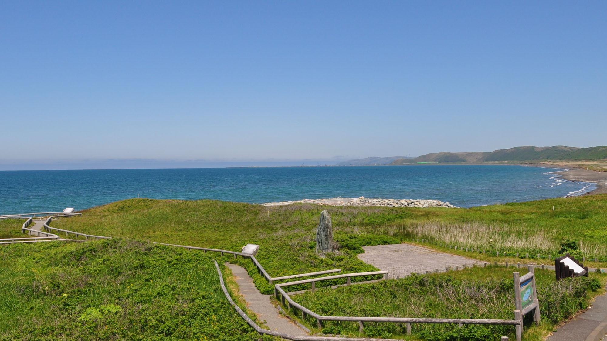 【浜勇知展望休憩施設(こうほねの家) 】休憩施設から見た広がる海。