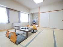 【和室15畳】広々とした和室です。ご家族やお仲間でゆっくりとお過ごしください