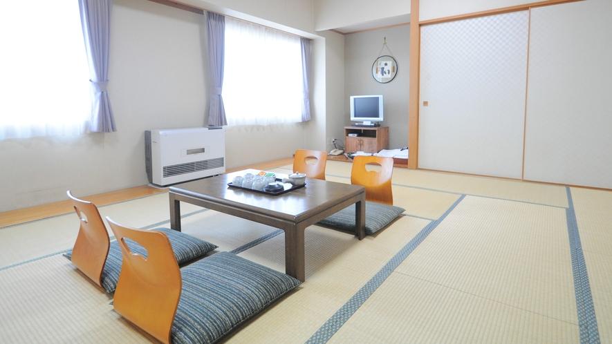 【和室15畳】広々とした和室です。ご家族やお仲間でゆっくりとお過ごしください。