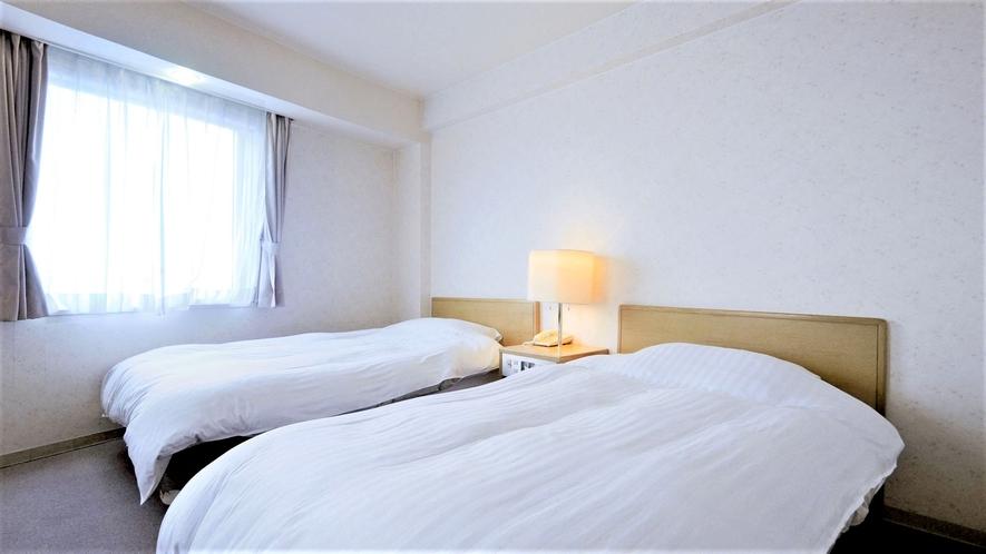 【海側:洋室ツイン】清潔感のあるツインルームです。お仲間やカップルでのご利用に。