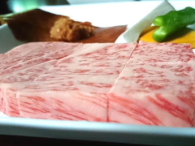 夕食のメインは飛騨牛A5ランクのリブロースのステーキ100g!