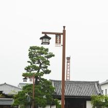【周辺】西条酒蔵通り:赤レンガの煙突が風情を感じます。