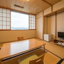 *【客室一例/8畳】窓からはのどかな田園風景が見渡せます。