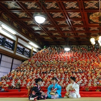 *可睡斎(かすいさい)ひなまつりは、日本最大級!32段1200体の雛人形が飾られています。