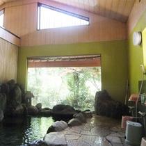 *男女別大浴場/大きな窓の外には山の眺めが広がっています。洗い場もゆったり。