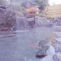【岩露天風呂】源泉をひいており抜群の泉質を誇ります