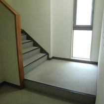 【階段】館内にはエレベーターを設置しておりません。その為、2階のお部屋へは階段をお使い下さい