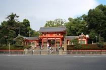 八坂神社 徒歩12分、おけら参りや初詣で賑わいます Yasaka shrine