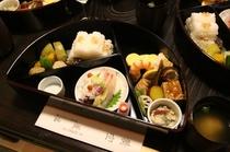 有名な祇園菱岩さんなどの仕出しのお料理を注文することもできます(事前予約が必要)
