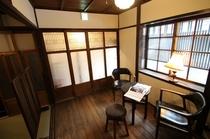 一階 表の間 90年前の建具をそのまま残し、居心地のよいレトロな部屋