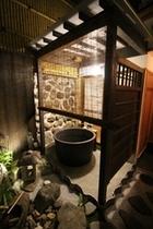 夜の露天風呂、信楽焼のお風呂はお湯が柔らかく遠赤外線効果でとても暖まりますBath at night