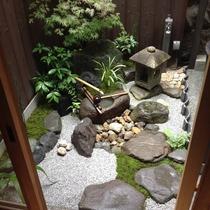 """枝垂れ紅葉と水琴窟のある坪庭 """"Tsuboniwa""""garden in Machiya"""
