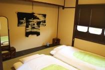 二階表の間と調度品...3組までお布団をひけます Bedroom#1&display