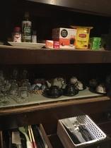 緑茶、コーヒー、紅茶をどうぞ。簡単な調味料や食器類、カトラリーも揃えております。