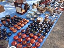 弘法さんは東寺の毎月21日の縁日、第一日曜も骨董市。北野天満宮では毎25日に。Freamarket