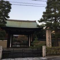 建仁寺の境内を通り抜けて祇園まで歩けます、すごくイイ雰囲気!