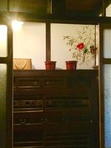 水屋箪笥(みずやたんす)は京町家に深みを与え…Traditional cupboard