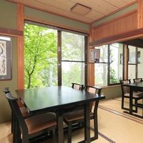 お食事処*緑を感じながらテーブル席にご用意いたします