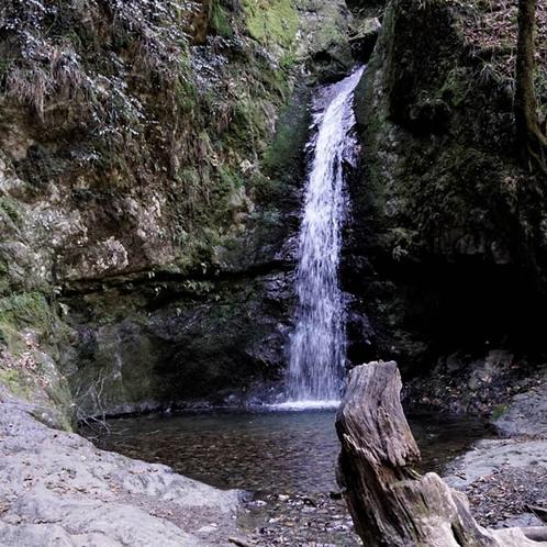 七代の滝、落差は全体で50mほどで、滝の上には天狗岩があります。