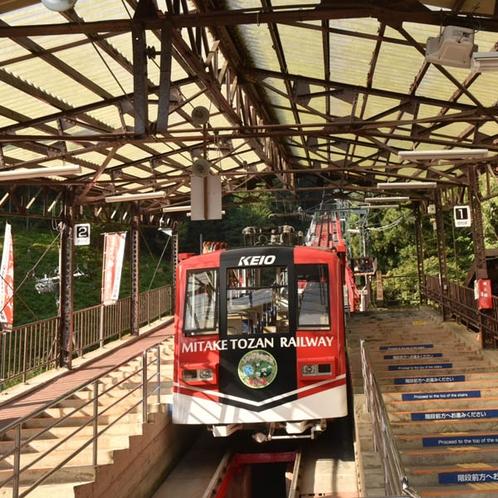 デザインを一新した御岳登山鉄道ケーブルカーに乗って、お越し下さい。