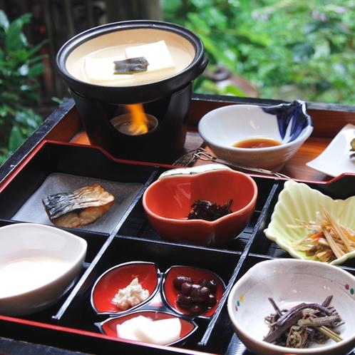 朝食は、湯豆腐をはじめ、山菜やきんぴら、漬物などご飯のすすむおかずが並びます。