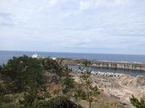 【部屋からの景色】 尖閣湾の南端に位置する姫津灯台