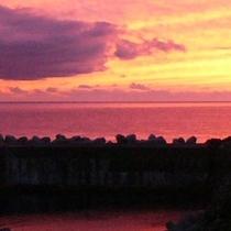 ロマンチックな水平線の夕日の中