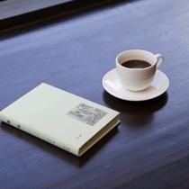 【モーニングコーヒー】朝はゆっくりと眺めを楽しめるようラウンジカウンターにコーヒーをご用意