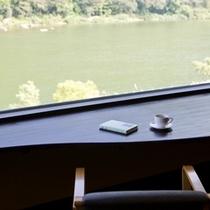 最上川を眺めるラウンジカウンター