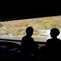 【滞在イメージ】ご到着後は、ラウンジで座りながら四季の最上の景色を眺めチェックイン