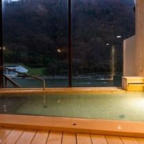 最上川を望む、総檜造りの大浴場
