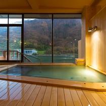 【総檜造りの温泉浴場】紅葉を眺めながらのんびりと温泉三昧