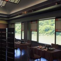 【最上川を望む会食場】窓側の席では日によって変わる風雅な川の流れをお楽しみいただけます