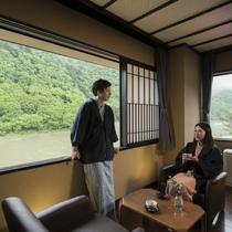 【本館・和室ベッドルーム例】全室最上川を眺める寛ぎの空間。四季折々の風景に目を奪われる
