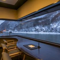 【最上川を眺めるラウンジカウンター】冬には幻想的な雪景色を。最上川を下ってくる船が目の前を通ることも