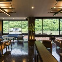 【最上川を眺めるデザイナーズラウンジ】ゆったりと風雅な景色をお愉しみ下さい