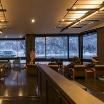 【最上川を眺めるデザイナーズラウンジ】水墨画のような幻想的な雪景色がご到着をお待ちしています