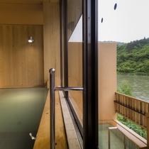 大浴場の外には露天風呂。すべての浴槽から最上川を一望できる、絶景の温泉
